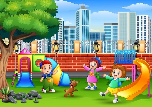 Crianças felizes brincando em um parque público
