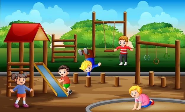 Crianças felizes brincando na cena do playground