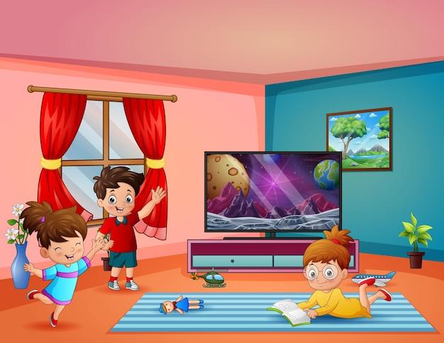 Crianças felizes brincando na sala de estar