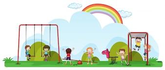 Crianças felizes brincando no campo de jogos