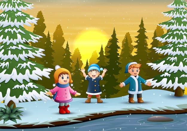 Crianças felizes brincando no inverno