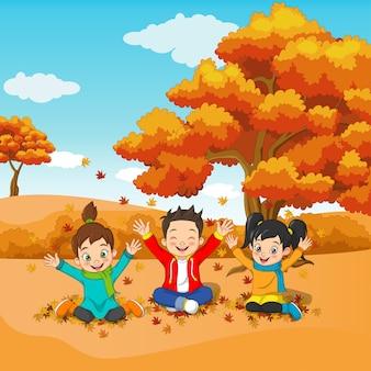 Crianças felizes brincando no outono