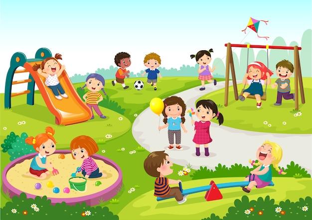 Crianças felizes brincando no parquinho