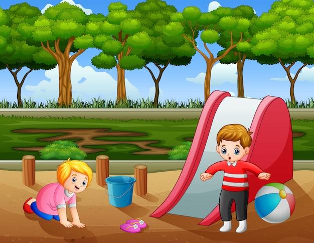Crianças felizes brincando no playground