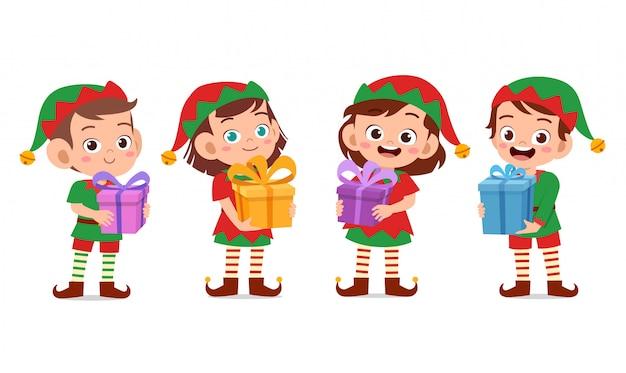 Crianças felizes carregam presente de natal
