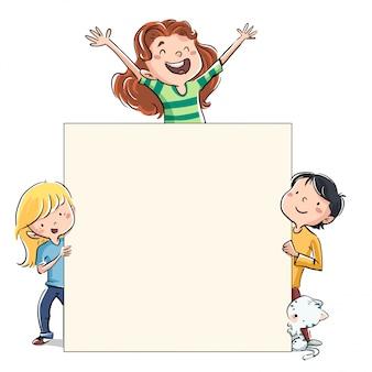 Crianças felizes com gato pegando um cartaz
