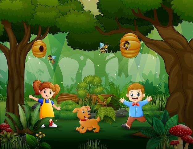 Crianças felizes com seu animal de estimação brincando no parque
