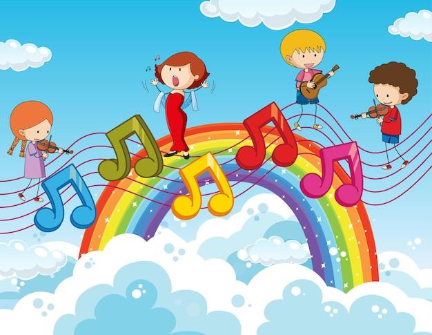 Crianças felizes com símbolos de melodia musical no céu com arco-íris