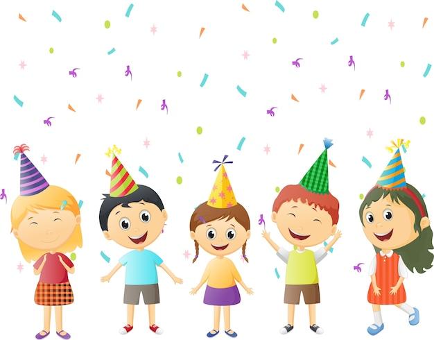 Crianças felizes comemoram chapéu de festa