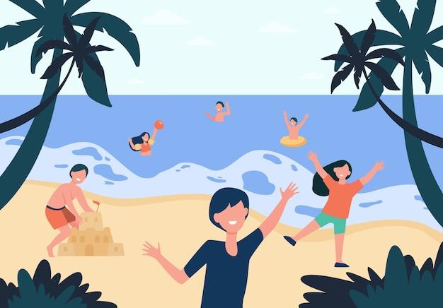 Crianças felizes, curtindo o sol e a água na praia, jogando bola, construindo um castelo de areia, tomando banho no mar.