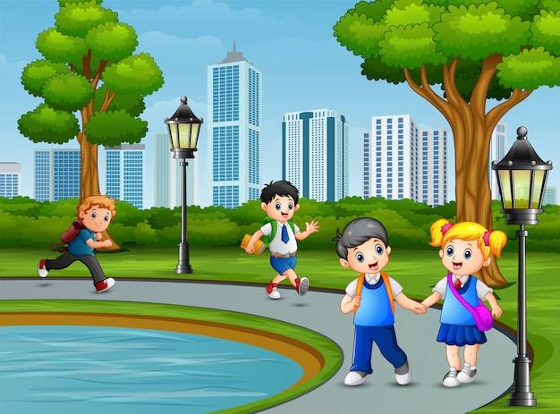 Crianças felizes da escola no parque da cidade