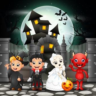Crianças felizes de desenhos animados com fundo de dia das bruxas