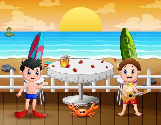 Crianças felizes de férias em um restaurante perto da praia
