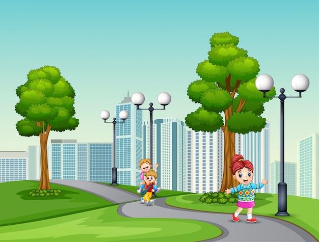 Crianças felizes dos desenhos animados, correndo na estrada do parque