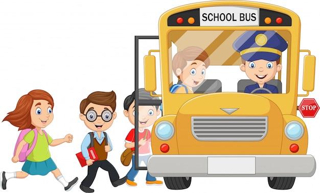 Crianças felizes dos desenhos animados, embarcar em um ônibus escolar
