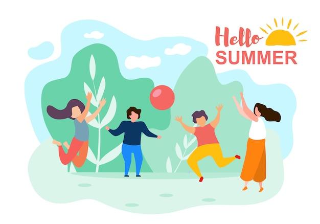 Crianças felizes dos desenhos animados jogam a bola dia de verão ensolarado
