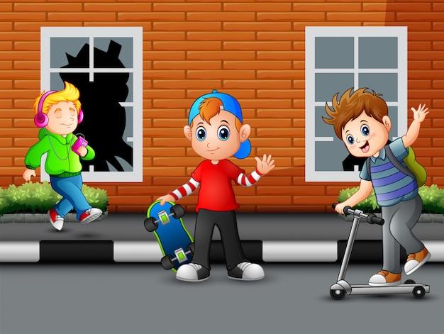 Crianças felizes dos desenhos animados que jogam na estrada
