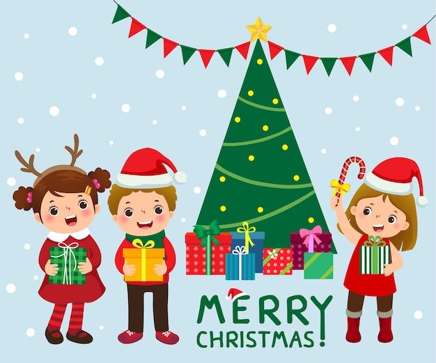 Crianças felizes e fofas com caixas de presente perto da árvore de natal