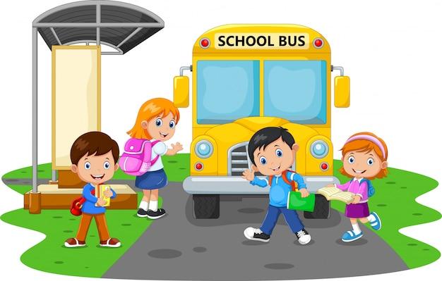 Crianças felizes e ônibus escolar