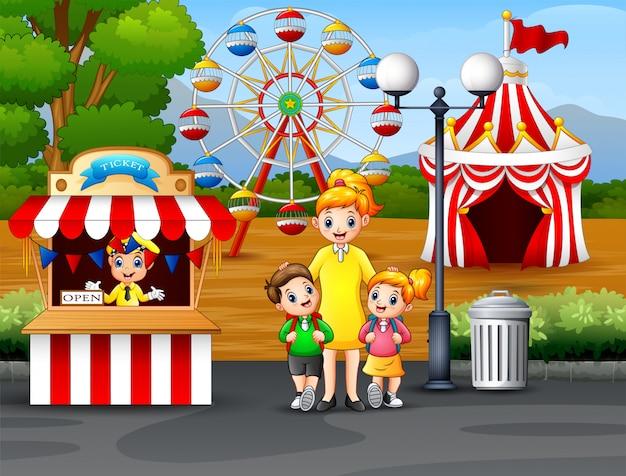 Crianças felizes e seus pais se divertindo em um parque de diversões