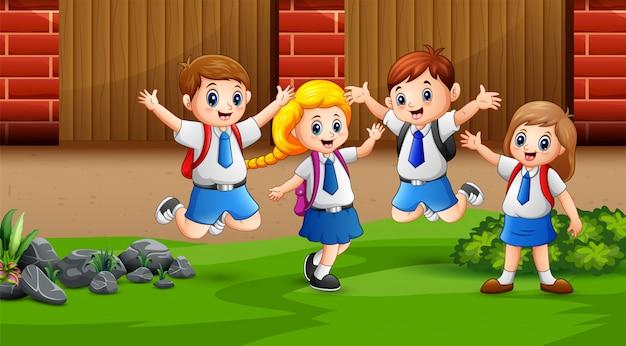 Crianças felizes em casa depois da escola