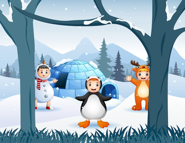 Crianças felizes em fantasias de animais brincando perto de uma casa de iglu