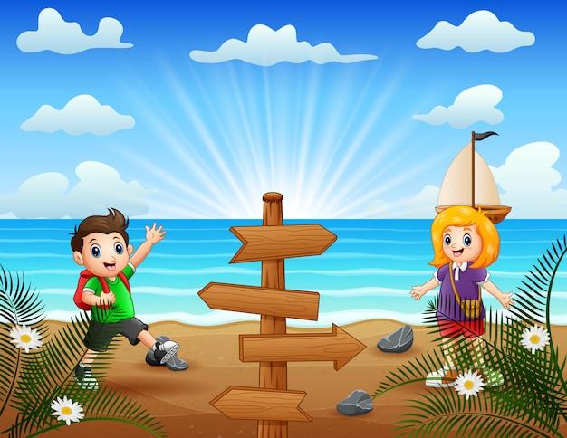 Crianças felizes em pé à beira-mar