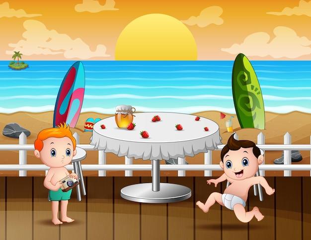 Crianças felizes em restaurante à beira-mar