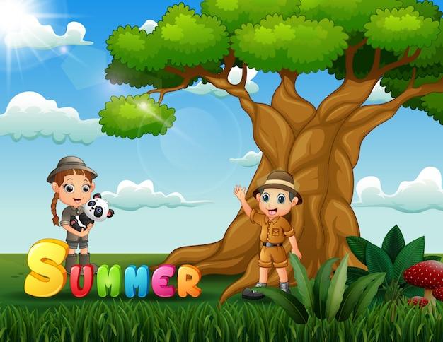 Crianças felizes em safári debaixo da árvore no verão