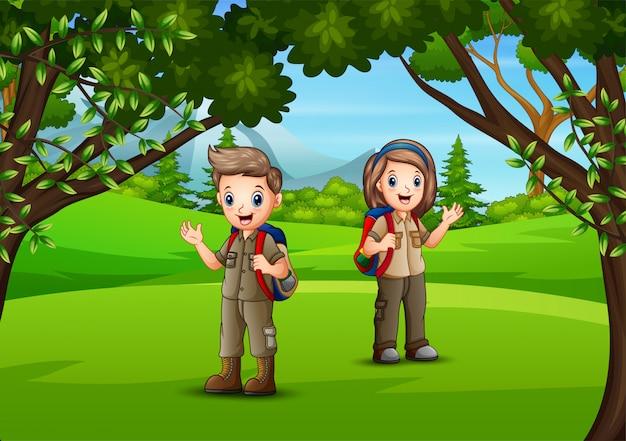 Crianças felizes em uma aventura na selva