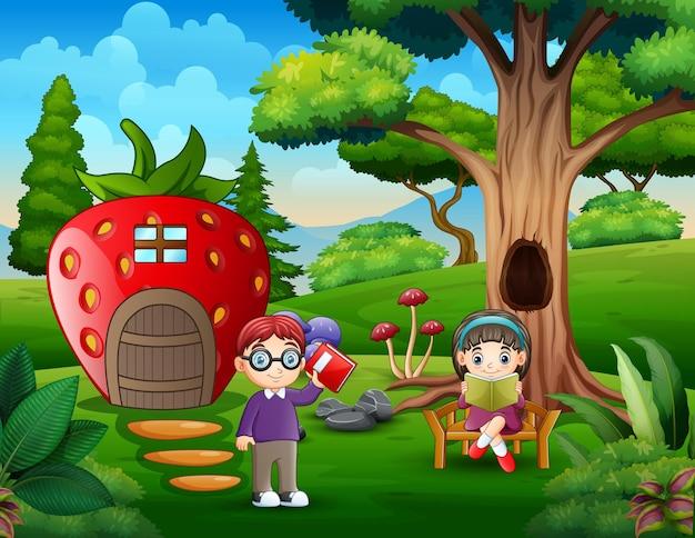 Crianças felizes estudam perto da casa dos morangos