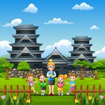 Crianças felizes estudam tour no castelo de kumamoto