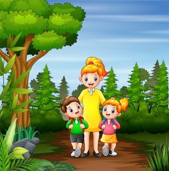 Crianças felizes, indo para a escola com sua mãe