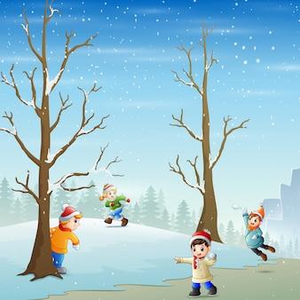 Crianças felizes jogando neve no campo de neve