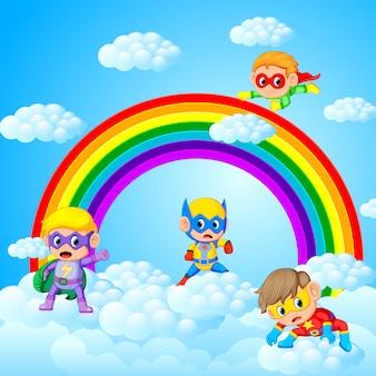 Crianças felizes jogando super-herói com fundo de paisagem do céu