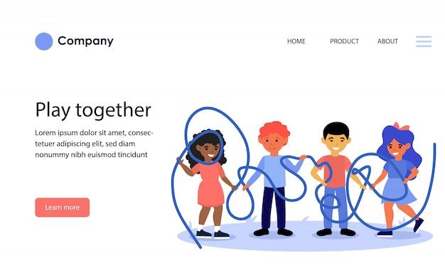 Crianças felizes juntos segurando uma corda enrolada. modelo de site ou página de destino