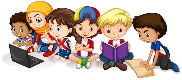 Crianças felizes, lendo e trabalhando no computador