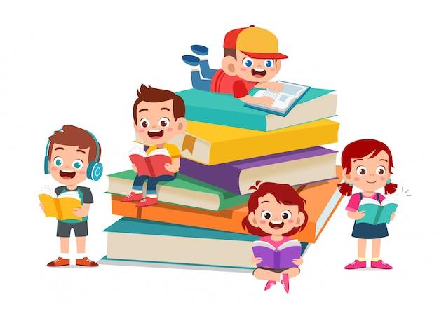 Crianças felizes, ler livro e estudar juntos