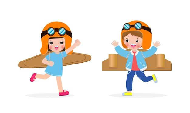 Crianças felizes, menino e menina, jogando papelão de avião de brinquedo