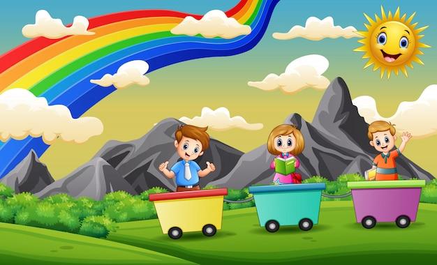 Crianças felizes, montando o trem no campo