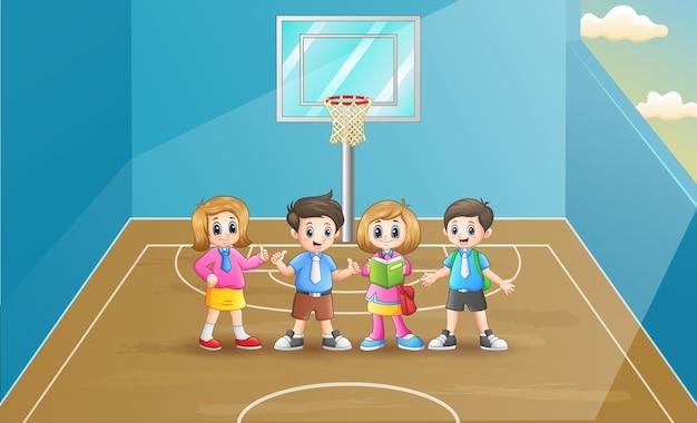 Crianças felizes na escola na quadra de basquete