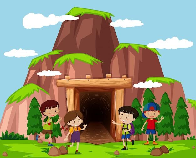 Crianças felizes na frente da caverna
