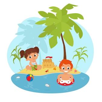 Crianças felizes na praia.