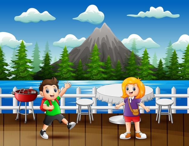 Crianças felizes no restaurante perto do lago