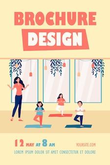 Crianças felizes praticando ioga na aula com o professor, em pé no tapete em pose de árvore e modelo de folheto sorridente