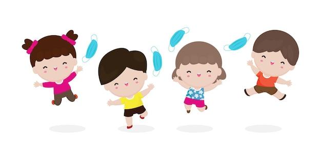 Crianças felizes pulando e removendo a máscara médica
