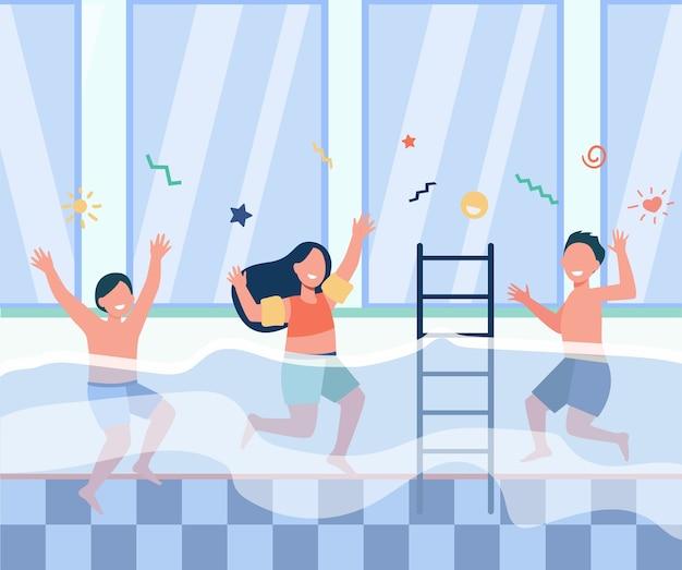 Crianças felizes, se divertindo na piscina. meninos e meninas em trajes de banho, desfrutando de atividades no clube de fitness familiar. ilustração em vetor plana para o conceito de aula de natação para crianças