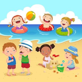 Crianças felizes se divertindo na praia