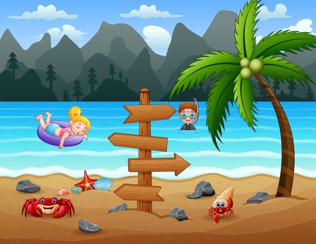 Crianças felizes, se divertindo na praia