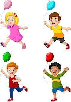 Crianças felizes, segurando o balão e correndo